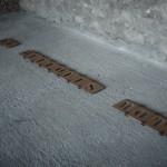 """""""900 grammes ou le poids de quelques mots"""", 1991/92 Cartons, aimants 34 éléments (détail) Installation Palais du Tau Reims, 1992"""