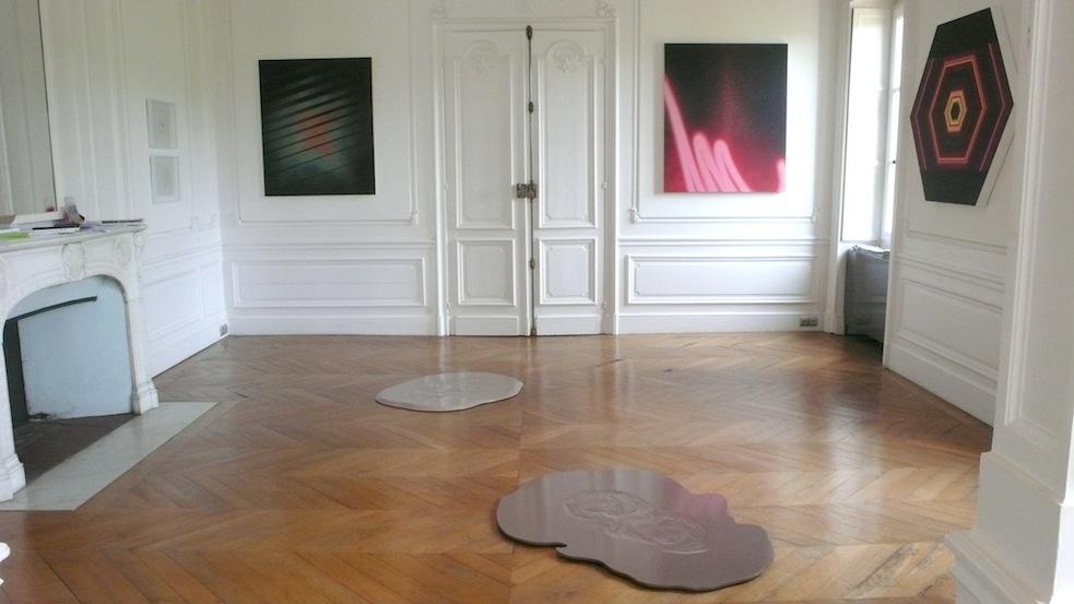 Vue partielle de l'exposition : Au sol et au premier plan,