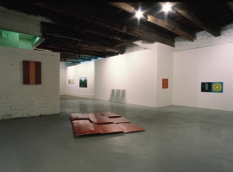 Vue partielle de l'accochage dans la Galerie Paul Boyer. Au 1er plan